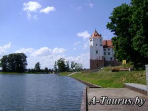 Вид на Мирский замок с водоёма
