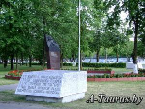 Блоки с надписью и памятник Петру Куприянову