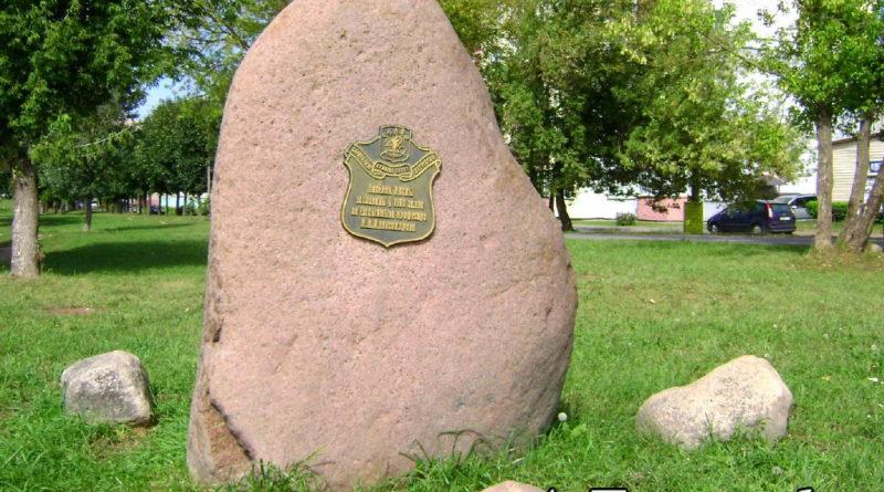 Камень в честь основания посёлка Лесной