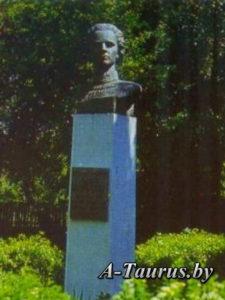 Памятник Надежде Харченко в Логойске до реставрации