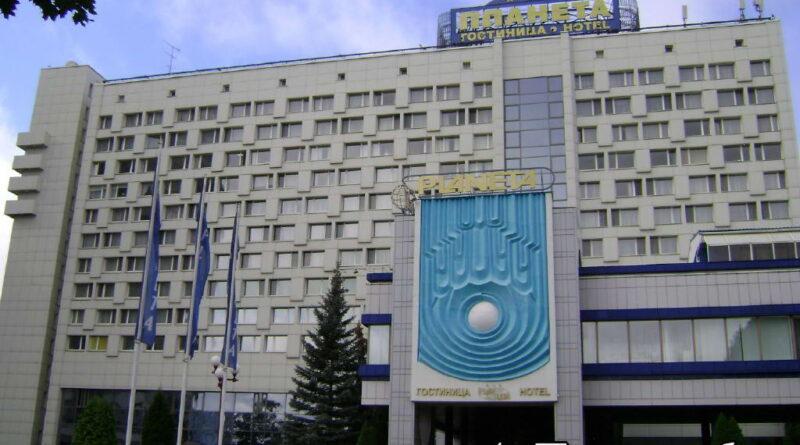Главный фасад гостиницы Планета в Минске