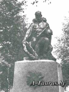 скульптура воина с венком на могилах, бывшая деревня Ола