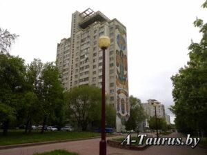 Фронт проспекта с мозаикой жилых домов микрорайона Восток-1 в Минске