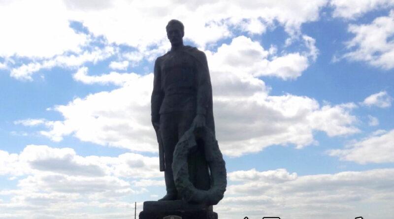 Скульптура воина с венком на Братской могиле советских воинов у дороги на Слуцк около деревни Покрашево