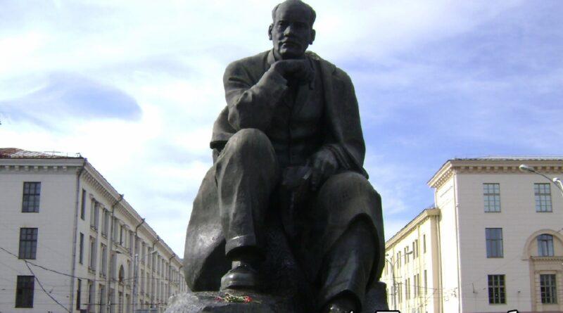 Памятник Якубу Коласу в Минске, на площади названной в его честь